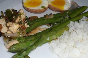 Zöldspárga, tofu, fenyőmag, aranymazsola