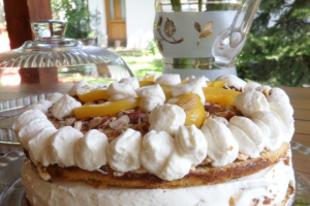 Torta tejszínes túrókrémmel és őszibarackkal