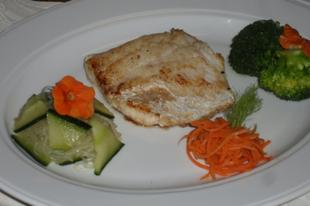 Fogasfilé brokkolival és két különleges salátával