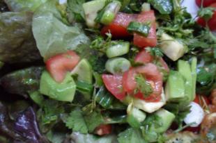 Avokádó-paradicsom saláta sok korianderzölddel