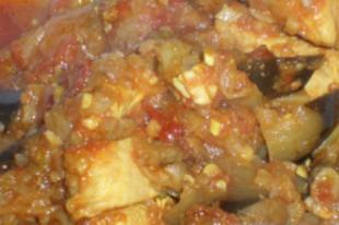 Marokkói csirke tazsin padlizsánnal, paradicsommal, és mandulával