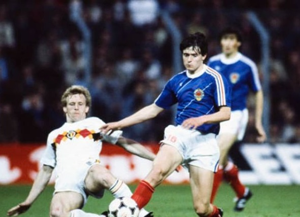 idokapszula_1984_franciaorszagi_labdarugo_europa-bajnoksag_csoportkorok_belgium_jugoszlavia_dragan_sztojkovics.jpg
