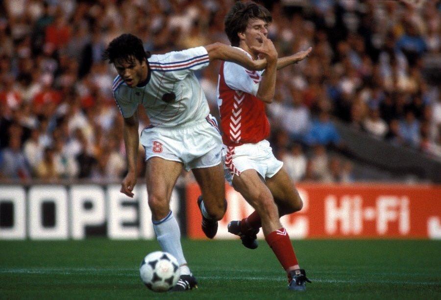idokapszula_1984_franciaorszagi_labdarugo_europa-bajnoksag_csoportkorok_dania_jugoszlavia_gudelj_laudrup.jpg