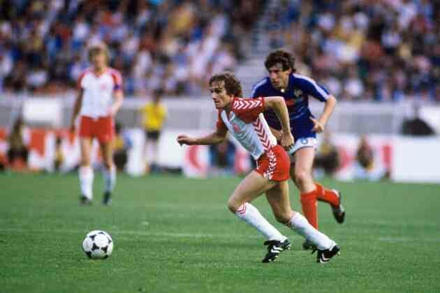 idokapszula_1984_franciaorszagi_labdarugo_europa-bajnoksag_csoportkorok_franciaorszag_dania_alan_simonsen.jpg