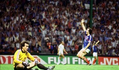 idokapszula_1984_franciaorszagi_labdarugo_europa-bajnoksag_csoportkorok_franciaorszag_jugoszlavia_platini_szimovics.jpg