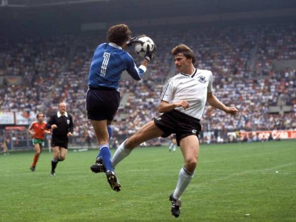 idokapszula_1984_franciaorszagi_labdarugo_europa-bajnoksag_csoportkorok_nszk_portugalia_bento_klaus_allofs.jpg