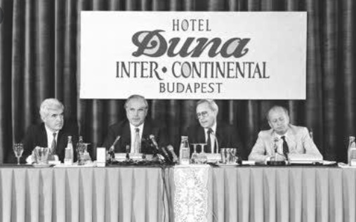 idokapszula_1984_franciaorszagi_labdarugo_europa-bajnoksag_elodontok_es_a_donto_helmut_kohl_duna_intercontinental.jpg