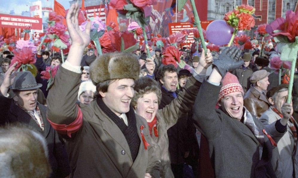 idokapszula_nb_i_1983_84_13_fordulo_moszkva_november_7_dolgozok_unnepelnek.jpg
