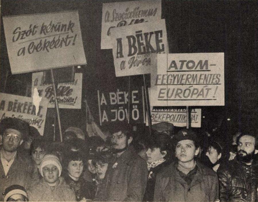 idokapszula_nb_i_1983_84_oszi_zaras_edzoi_gyorsmerleg_2_budapesti_faklyas_felvonulas_transzparensek.jpg