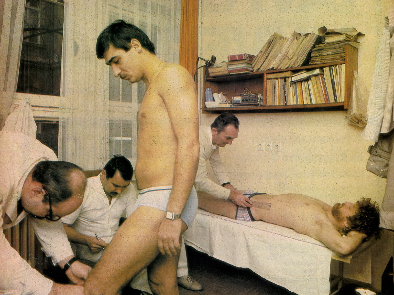 idokapszula_nb_i_1983_84_oszi_zaras_merlegen_a_felsohaz_magyar_labdarugo_valogatott_varga_jozsef_zsiboras_mecseki_doktor.jpg