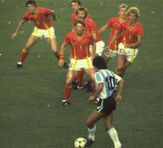 kép17 - Maradona szigorú megfigyelés alatt.jpg