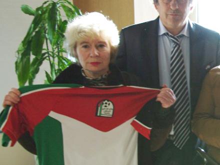 platini_et_olivia_avec_maillot_palestinien-2-cb052.jpg