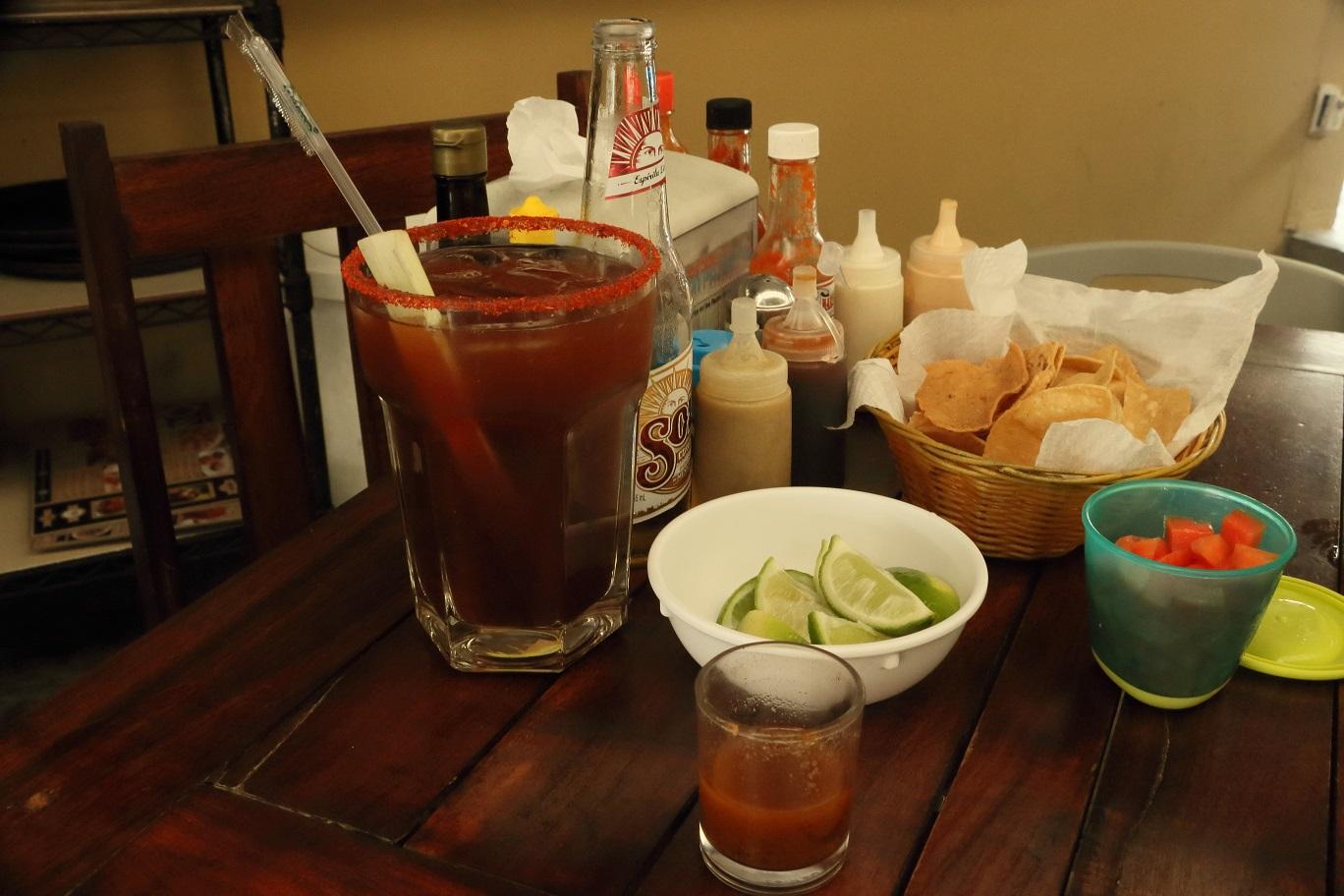 A clamato nevü ital időnként michelada néven is fut. Paradicsomlé, csili, lime, jég, és ebbe töltik a sört. A pohár szélén sóréteg van, de szerencsére lehet szívószállal is inni