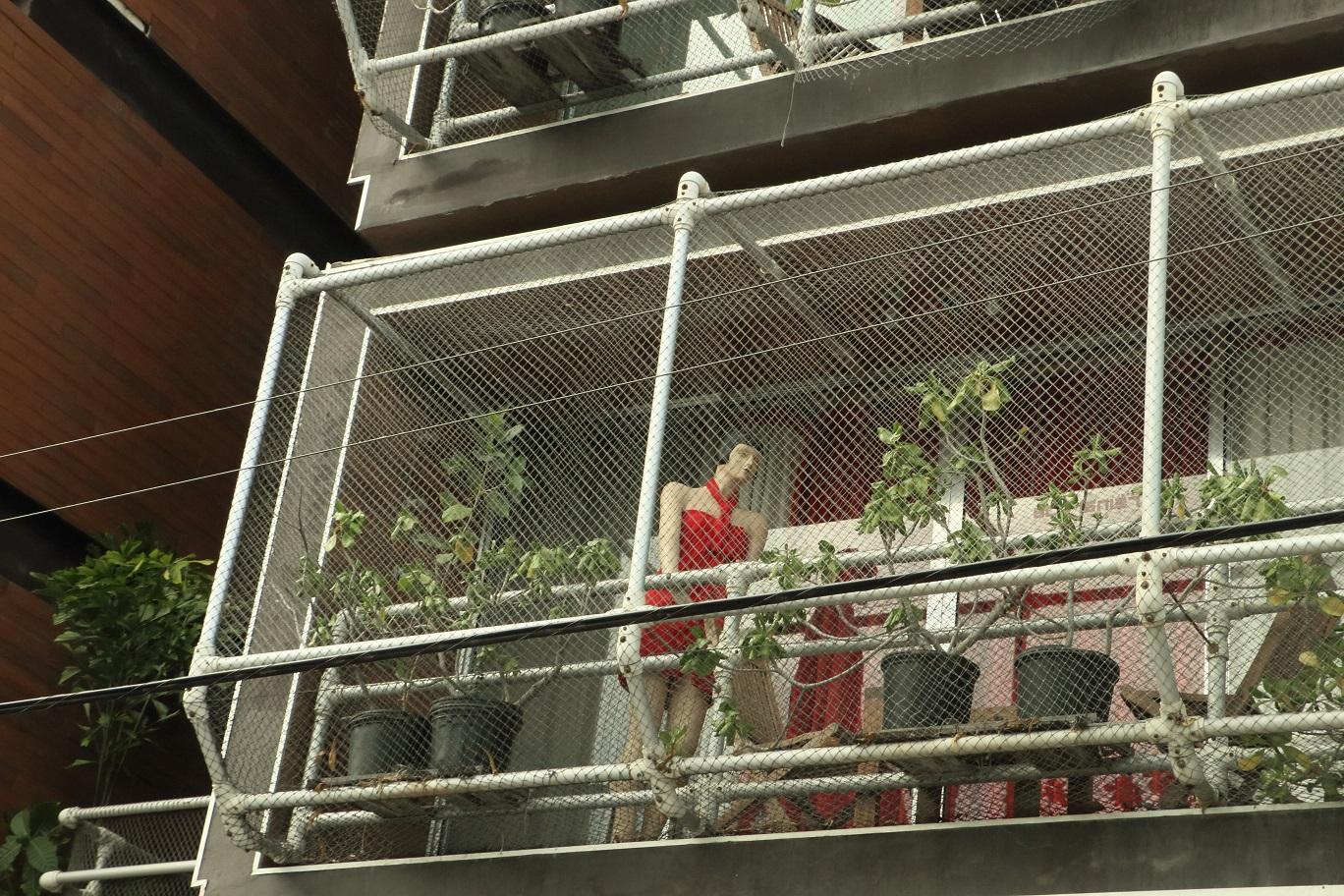 Fura hotel. Nincs racionális magyarázatunk arra, miért állt minden erkélyen vörös ruhás guminő