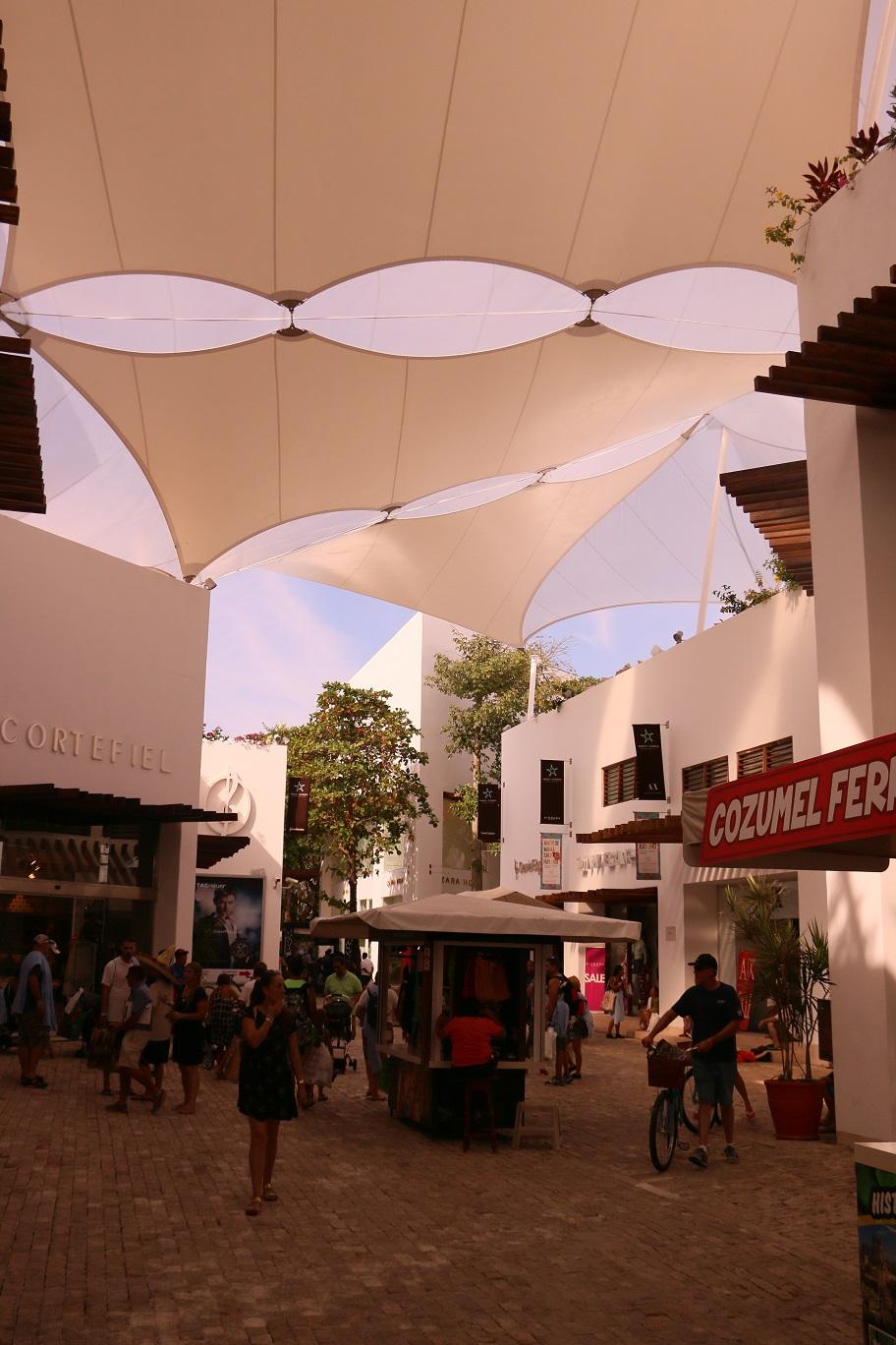 Ha az ember nem mexikóban akarja magát érezni, hanem mondjuk Miamiban, akkor ide kell jönni. Ez az amerikaiak bevásárlóközpontja.