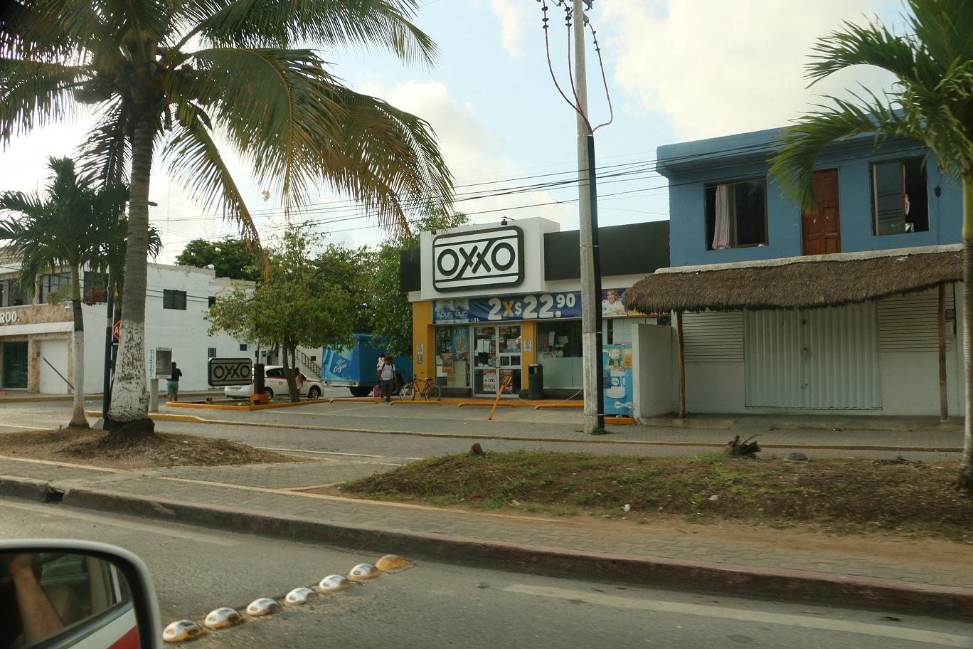 Az OXXO a 7/11 helybeli megfelelője, egy olyan sarki kisboltlánc, ami leginkább gyorskajákat, üdítőket, csipszeket árul. Bevásárlásra alkalmatlan, de a hotdog ehető. Normális méretű szupermarket nincs, csak a hiperek meg az OXXOk