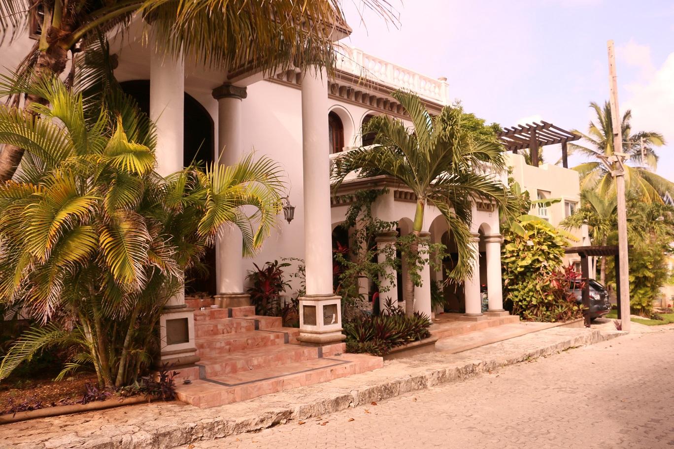Palota Playacarban. Nem ízléses, de pénze az volt