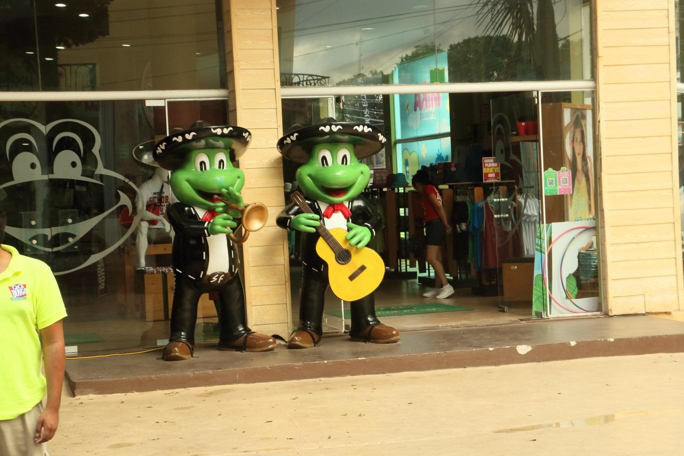 A Senior Frog egy diszkóhálózat, aminek hatalmas szuvenír boltjai vannak. Ezek éppen szobrok, de az alkalmazottak se jobban öltözöttek, és amikor épp nincs vevő, akkor iszonyú megalázónak kinéző módon táncolnak a bolt előtt