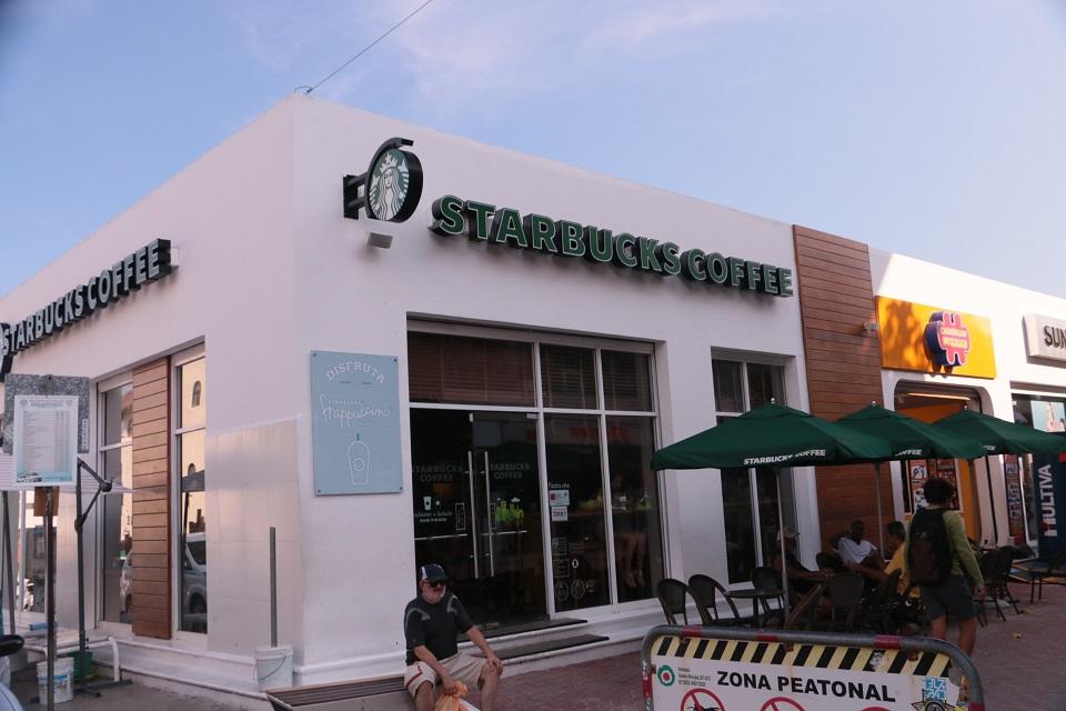 Starbucks. Same everywhere. De féláron volt három és öt között a frappucino!