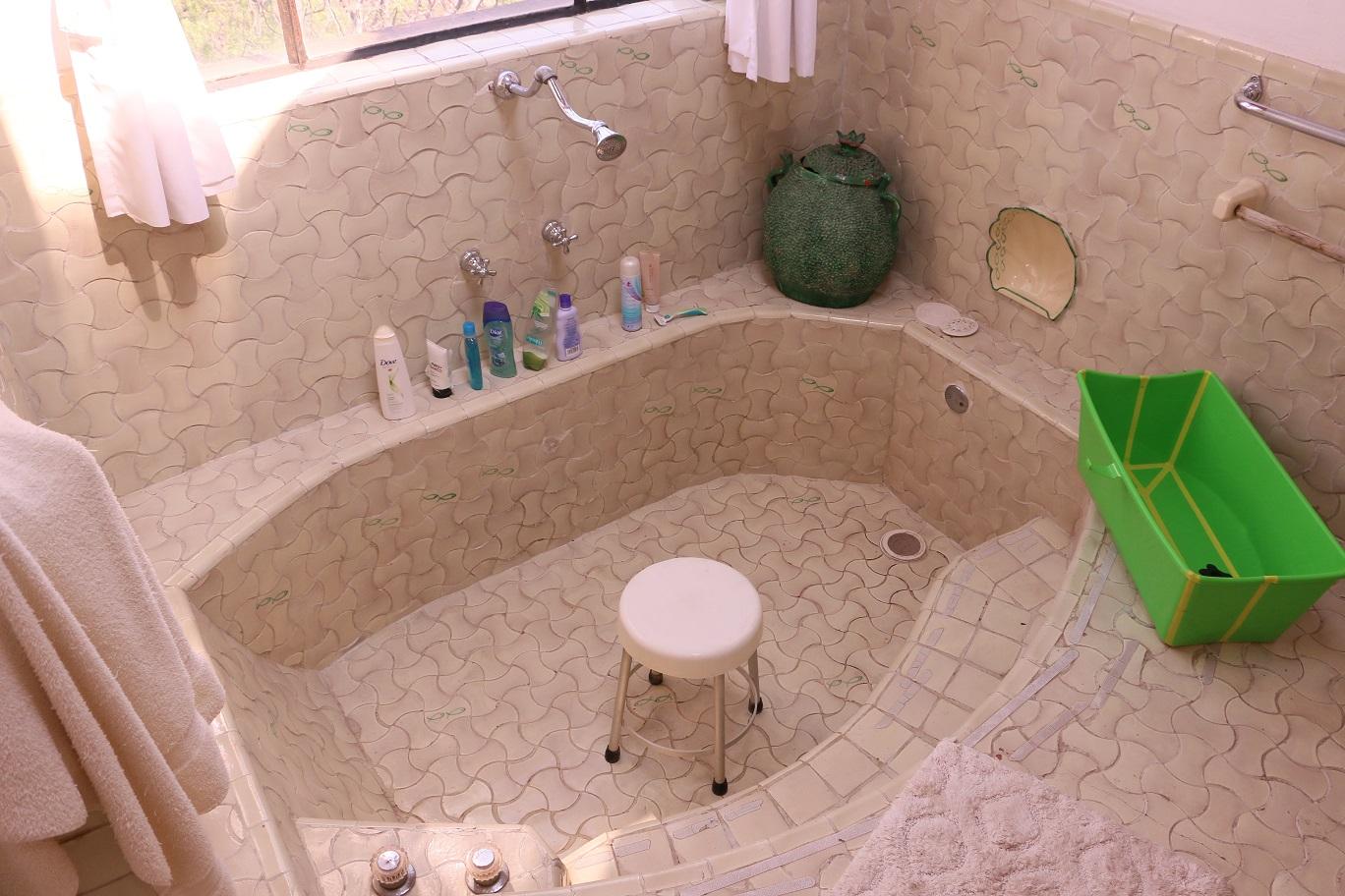Az alacsony zuhanyra, ami alatt széken kell ülni, nincs magyarázat. Mi is azt hittük, hogy ez egy fürdőkád