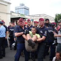 A rendőrök elviszik a Közlekedési Múzeumtól a tüntetőket