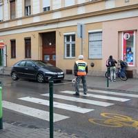 Egy bácsi, aki már 20 éve vigyáz a gyerekekre az egyik budapesti zebránál