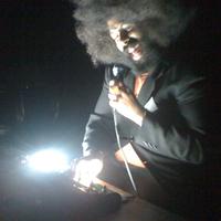 Reggie Watts még mobilkamerás felvételről is beszarás