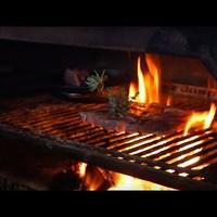 Konyhalesen: Ahol kemencéből szórják ki a fél kilós steak-eket