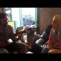 Két budai kávézótulajdonos szerelmes dalt énekel egymásnak