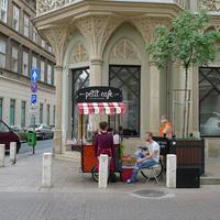 Na, ilyen lenne, ha a elterjednének Budapesten a kajakocsik - Petit Cafe