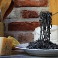Fekete vermicelli tészta krémes citrommártással