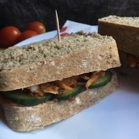 Tépett, maradék pulykahúsos szendvics