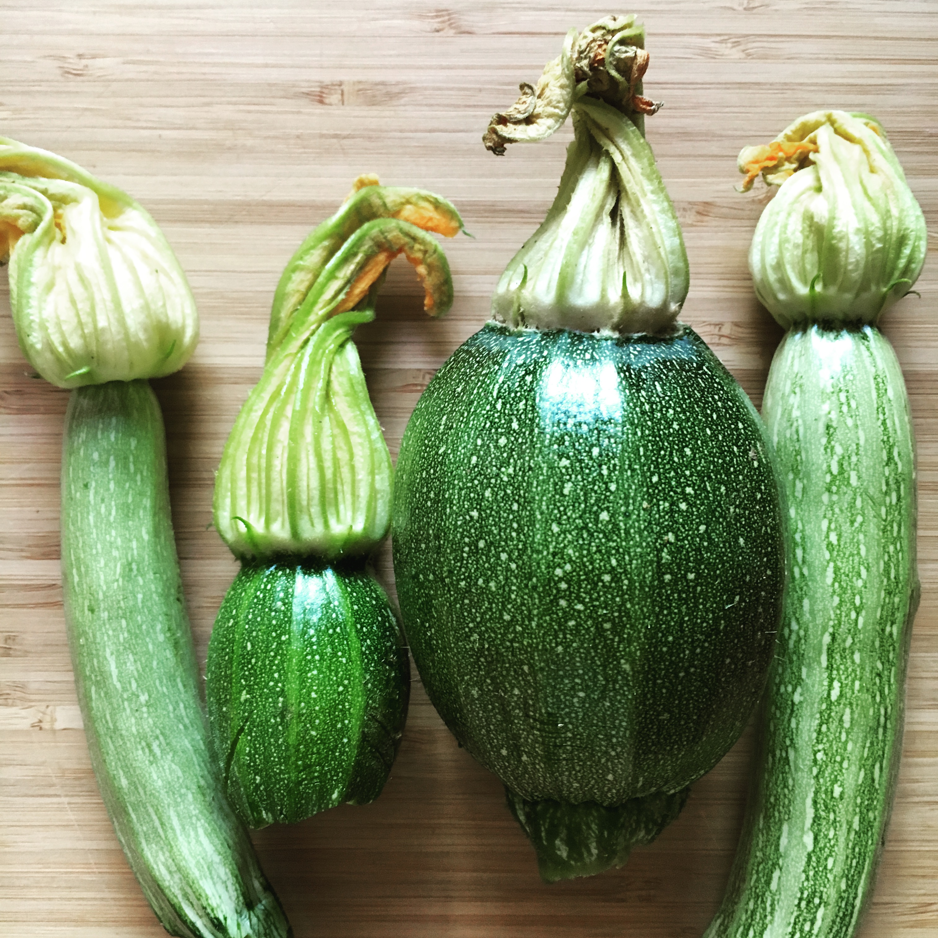 Rántott cukkinivirág őszibarackos-mentás cukkini salátával