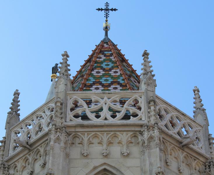 Mátyás-templom, Budai Vár. Több stílus és építész, mai formájának stílusa neogótika, tervezője Schulek Frigyes, Zsolnay-porcelán tetőcserepek.