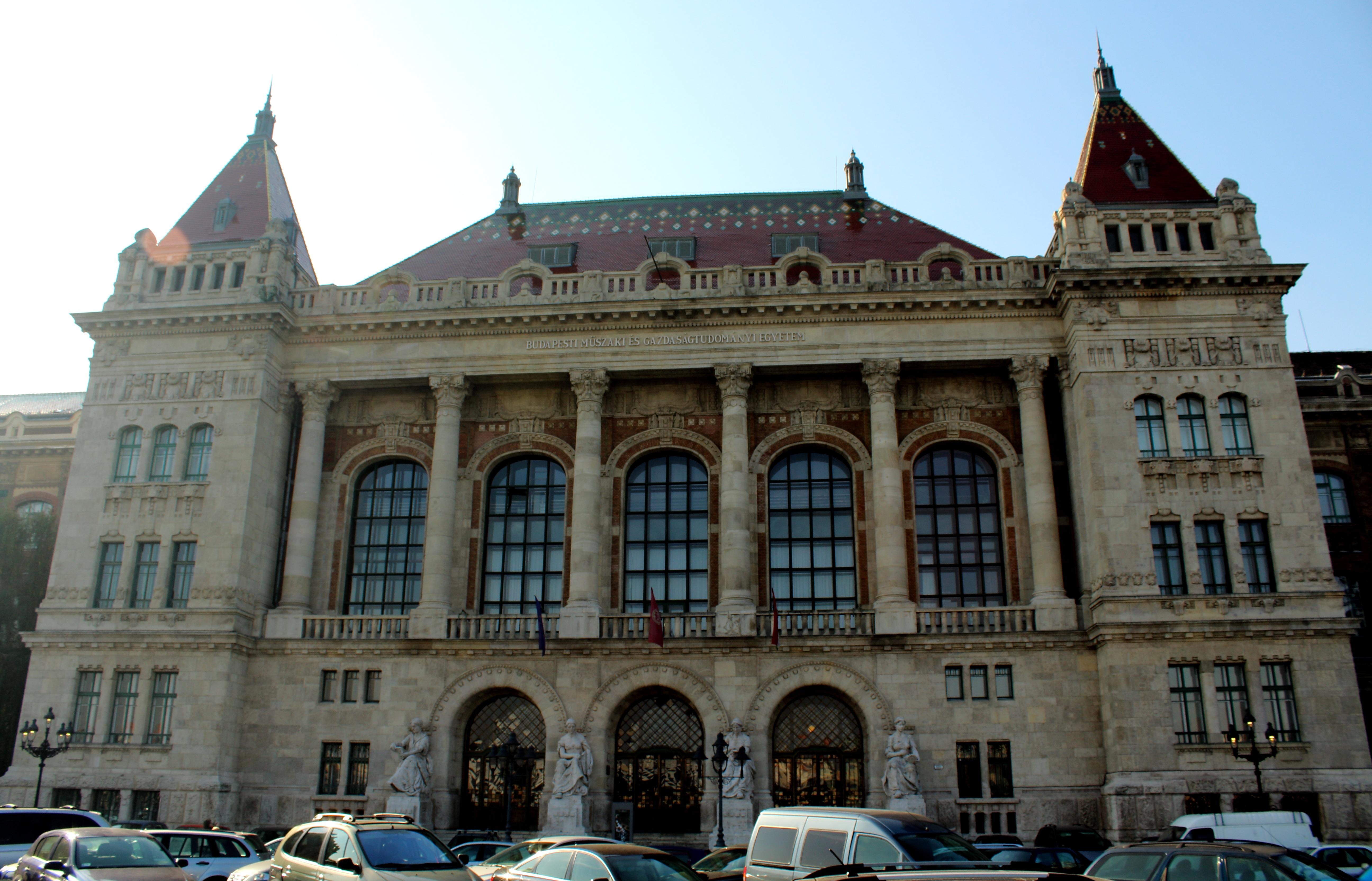 Budapesti Műszaki Egyetem K épület. Építész: Hauszmann Alajos, Zsolnay-porcelán tetőcserepek.