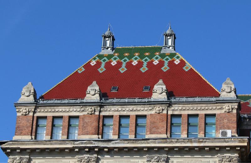 Budapesti Műszaki Egyetem K épület, Műegyetem rakpart. Építész: Hauszmann Alajos, Zsolnay-porcelán tetőcserepek.