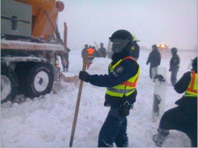 győrben a rendőrök pajzsaikkal próbálnak ásni és segíteni, van amelyik 30 órája szolgálatban van.jpg