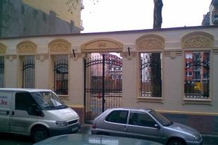 Homlokzatból kerítés
