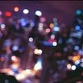A városi fények mögött