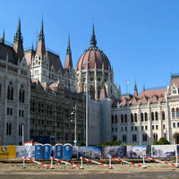 Kossuth tér építési napló: Szerinted hány kerítéssel vették körül az építkezést?