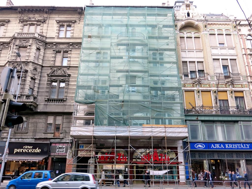7daaf33ccf Egyelőre még állvány és háló takarja, de gyakorlatilag elkészült és szintén  fehér lett a Kossuth Lajos utca 8. szám alatti épület. Ezen az 1880-ban  épült, ...