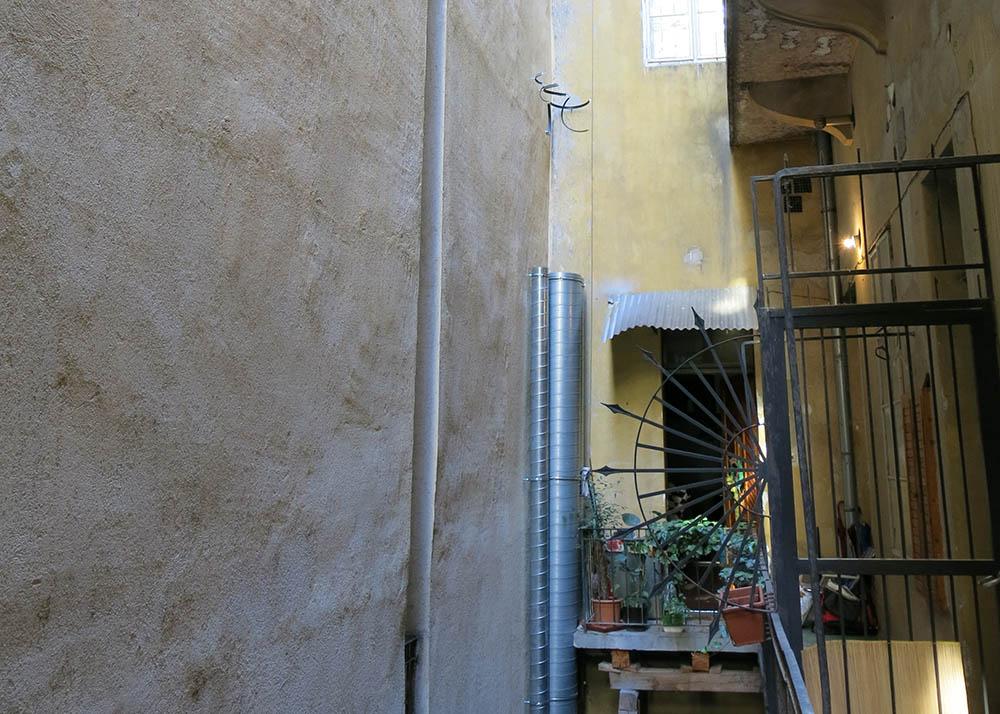 Az étteremhez épülő szellőzőcső a műemlék épületben