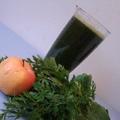 Zöld turmix karalábé- és répalevélből