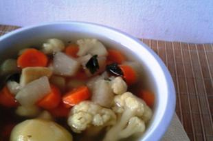 Karfiolleves sok zöldséggel
