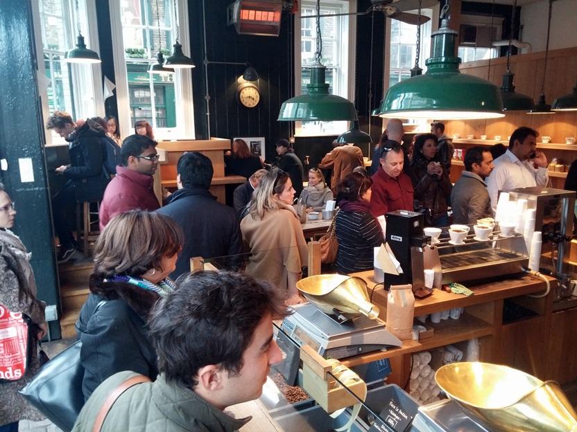Itt állt a legnagyobb sor. (Sajnos a kávé sokak számára nem csak nélkülözhetetlen ital, hanem igazi szenvedély.)