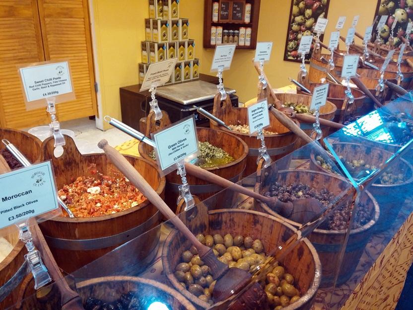 Olívabogyók és savanyúságok. Itt kóstolóval is kínáltak. Valami rendkívül finom nagy szemű olívabogyóval kínáltak meg.