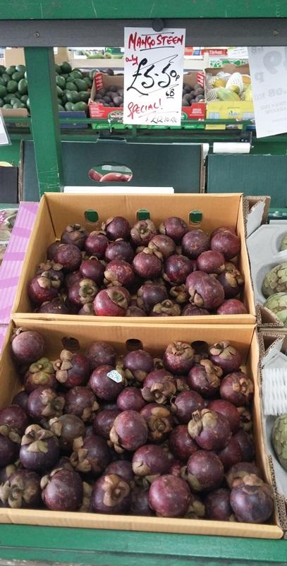 Ezt a gyümölcsöt, a mangosztán-t sajnos csak így dobozban árulták, ezért nem vettem, Kb. 2 évvel ezelőtt már írtam róla.<br /><br />(http://vegalife.blog.hu/2013/10/19/aszalt_szilva_es_az_antioxidansok). <br /><br />