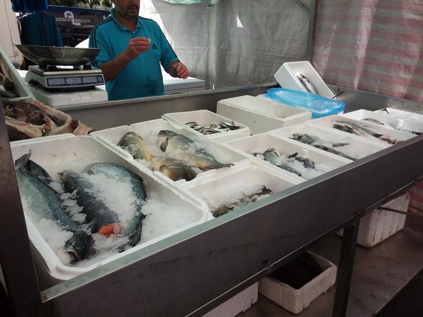 A halaspult(ok) is nélkülözhetetlenek ezeken a piacokon. Füstölőt szoktak meggyújtani, hogy a halak szaga ne zavarja a járó-kelőket.