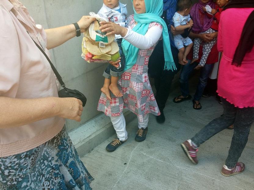 Kisgyermekes anyukáknak, családoknak külön nagyobb adag szendvicset pakoltunk egy csomagba.