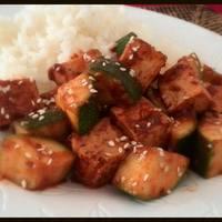 Szezámmagos-cukkinis tofu